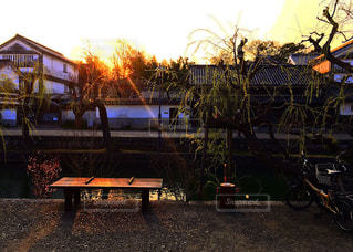 日没前のベンチの写真・画像素材[1925557]