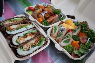 板の上に食べ物の種類でいっぱいのボックスの写真・画像素材[1904982]