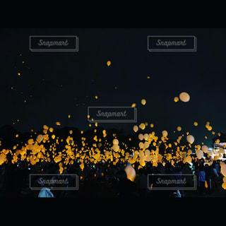 夜の大群衆の前に立つ人々のグループの写真・画像素材[2278001]