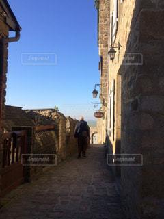 れんが造りの建物の上を歩く人の写真・画像素材[1937269]