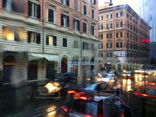建物の前に道を車の写真・画像素材[1940292]