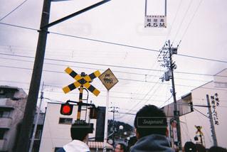 交通信号の隣に立っているの写真・画像素材[2126756]