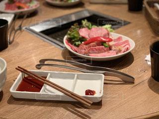 テーブルの上に食べ物のトレイの写真・画像素材[1926257]