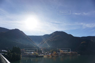背景の山と水体の写真・画像素材[814392]