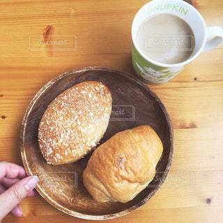 木製のテーブルの上でコーヒーを一杯飲むの写真・画像素材[2332438]