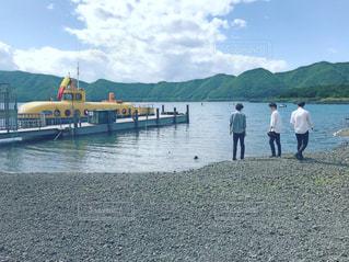 水の体のボートの人々のグループの写真・画像素材[2188546]