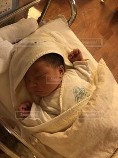 ベッドで眠っている赤ちゃんの写真・画像素材[917281]