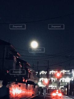 町の月の写真・画像素材[2062733]