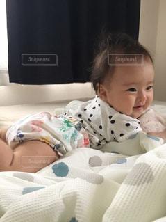 ベッドに座っている赤ん坊の写真・画像素材[2269167]