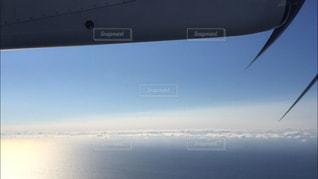 「海上を飛んでいる飛行機から見た空と海と夕陽」の写真・画像素材[1895648]