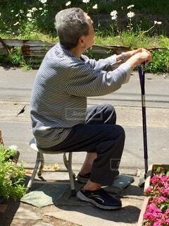 「庭で休んでいるおじいちゃん」の写真・画像素材[3622337]