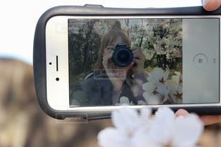 カメラにポーズ ミラーの反射の写真・画像素材[1940122]