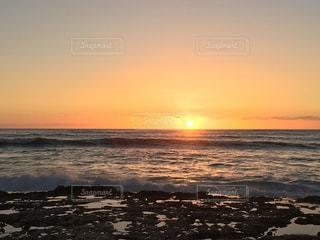 ビーチに沈む夕日の写真・画像素材[1918150]