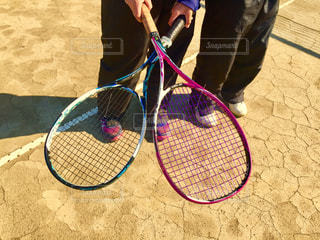 テニスラケットをクロスの写真・画像素材[1925747]