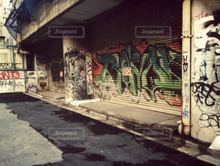 道の端に落書きのある建物の写真・画像素材[1945364]