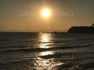 水の体に沈む夕日の写真・画像素材[1944822]