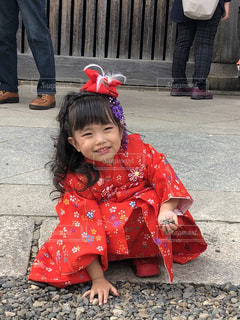 石畳でしゃがんでいる少女の写真・画像素材[1888544]
