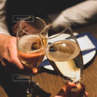 ワイングラスを持つ人の写真・画像素材[2549070]
