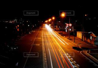 帰宅を急ぐ車のラインの写真・画像素材[2039299]