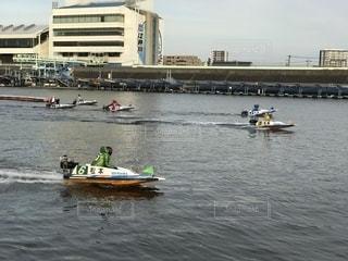 水の体の小さなボートの人々 のグループの写真・画像素材[1511605]