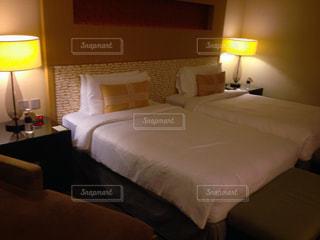 ホテルのベッドルームの写真・画像素材[2080805]