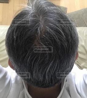 薄毛に悩む40代の男性の写真・画像素材[2187902]