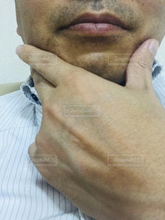 一日戦った中年サラリーマンの髭の写真・画像素材[2246182]