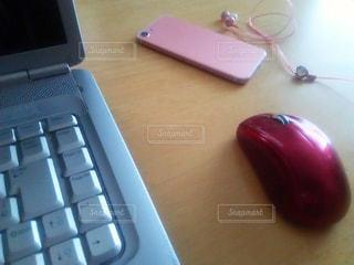ノートパソコンとiPhone(ロゴなし)の写真・画像素材[2289468]