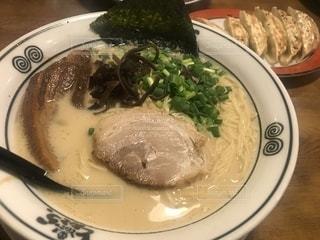 豚骨ラーメンと餃子の写真・画像素材[2371187]