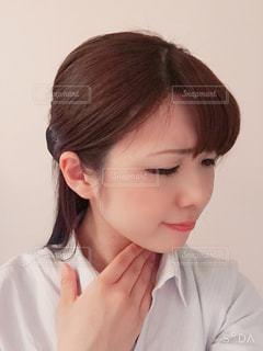 喉を痛そうにしている女性の写真・画像素材[3009681]