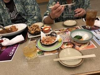 誰かと一緒に食事している風景の写真・画像素材[1942862]
