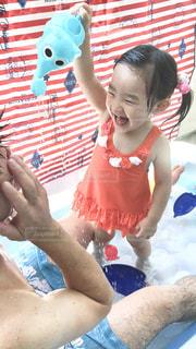 プールで遊ぶ女の子の写真・画像素材[2321492]