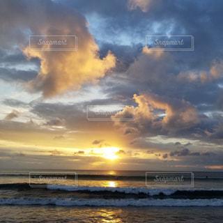 水の体に沈む夕日の写真・画像素材[1889042]