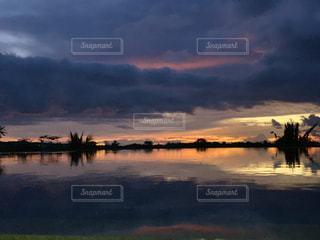 水の体に沈む夕日の写真・画像素材[1889901]