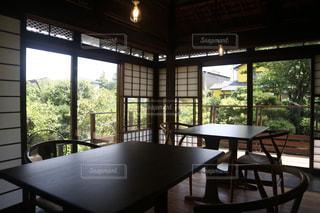 窓の前の食堂のテーブルの写真・画像素材[2386251]
