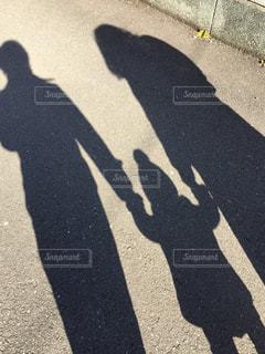 親子揃って影写の写真・画像素材[1945625]
