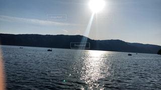 水の体内の小さなボートの写真・画像素材[2088266]