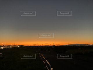 都市に沈む夕日の写真・画像素材[2823182]