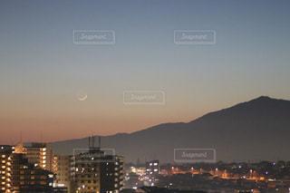 夕暮れの街と山の写真・画像素材[1890338]