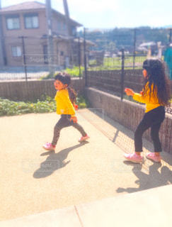お庭で走る子供たちの写真・画像素材[1890686]