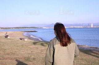 水の体の前に立っている人の写真・画像素材[1912463]