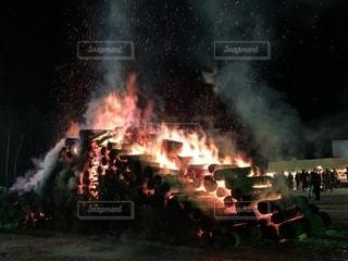 激しく燃える炎の写真・画像素材[1948808]