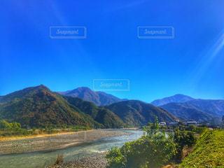 山を背景にした水域の写真・画像素材[2721676]