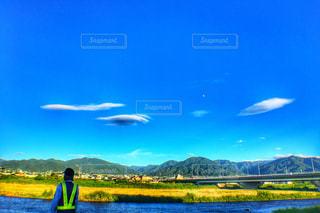 空と川と警備員さんの写真・画像素材[2733231]