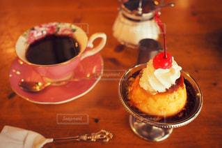 テーブルの上のコーヒー カップの写真・画像素材[2085806]