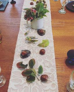木製のテーブル、板の上に食べ物のプレートをトッピングの写真・画像素材[1892009]