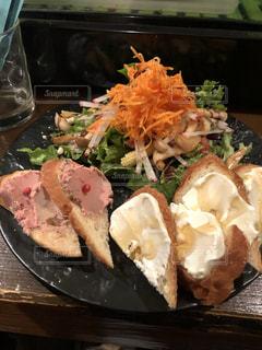テーブルの上に食べ物のプレートの写真・画像素材[1892908]