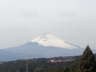 背景の大きな山のビューの写真・画像素材[1892937]