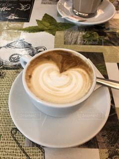 テーブルの上のコーヒー カップの写真・画像素材[1893193]