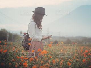 野原に座っている人の写真・画像素材[2353032]